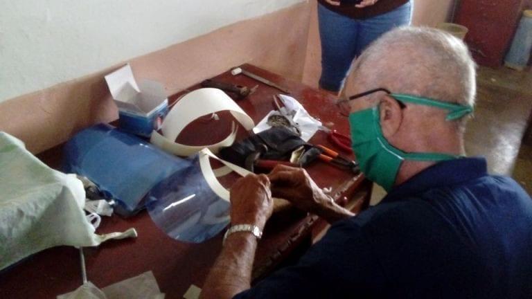 Rolando Guzmán, una vida dedicada a la ganadería cubana, pero hoy confecciona máscaras para prevenir la Covid 19. Foto Anelis Díaz
