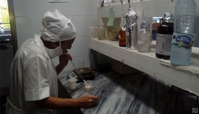 Yolanda Lorenzo Martínez, ha dedicado su vida laborar a la investigación, en los laboratorios de la planta Aljibe. Foto Anelis Díaz