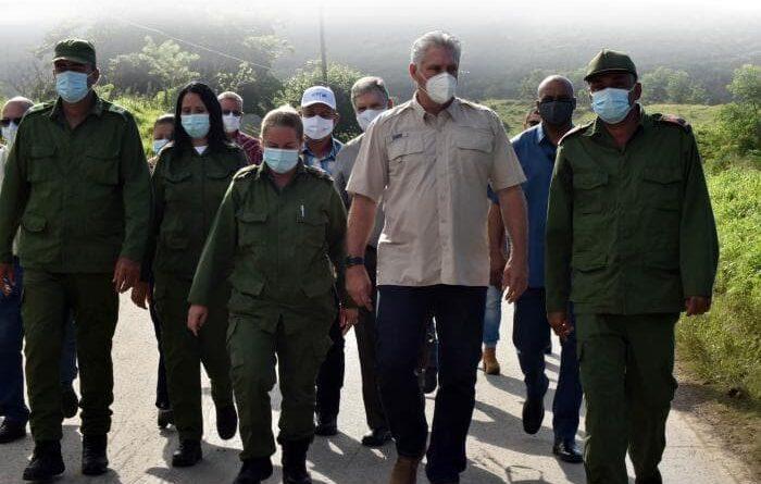 El Presidente cubano Miguel Díaz- Canel Bermúdez inició un recorrido en Villa Clara por zonas afectadas por las intensas lluvias que generó la tormenta tropical Eta. Foto: Estudios Revolución.