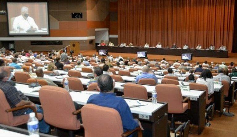 Díaz-Canel consideró que, a pesar de las 43 medidas aprobadas para el fortalecimiento de la empresa estatal, aún existe inercia en materia de propuestas. Foto: Estudios Revolución