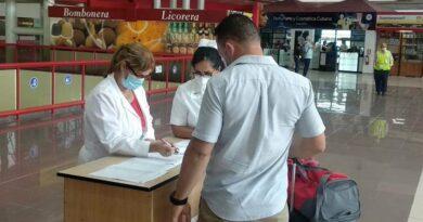 Pesquisaje en aeropuertos cubanos. Foto tomada de Prensa Latina.