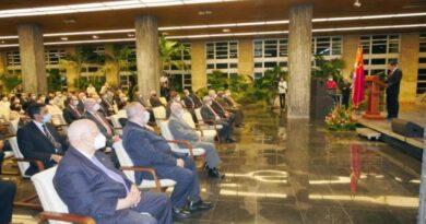Raúl y Díaz-Canel presidieron el acto por el aniversario 60 de las relaciones entre Cuba y China. Foto: Estudios Revolución