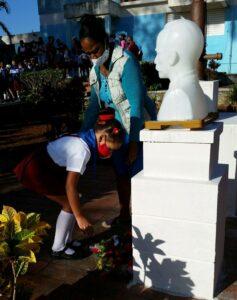 Una flor en el busto de José Martí de cada centro escolar.