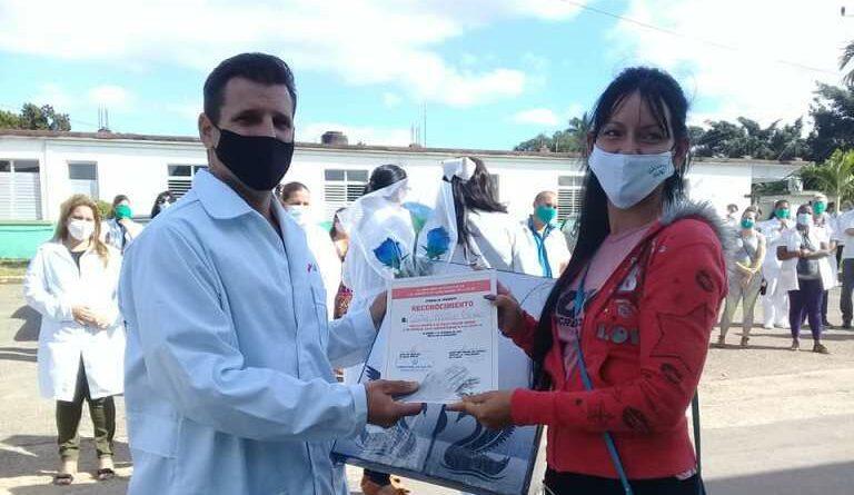 Reconocen a trabajadores de la salud de Jaruco, en el Día de la Medicina Latinoamericana. Foto Marlene Caboverde