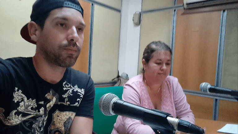 El periodista Yuniel Rodríguez entrevistó a Yuliet Romero, directora de Radio Jaruco. Foto RJ