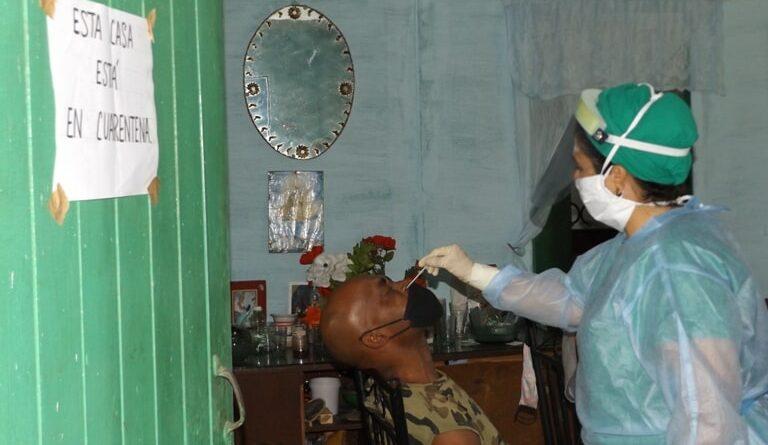 Refuerzan medidas higiénico-sanitarias en la comunidad de Bainoa. Foto Yordan Díaz
