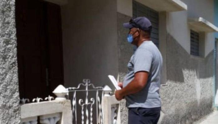 El apoyo de los trabajadores de la Cultura en Jaruco al sector de la Salud Pública en las pesquisas casa a casa. Foto RJ