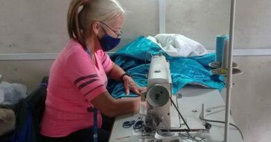 Costurera que trabaja en el Atelier de Jaruco.. Foto Yordan Diaz