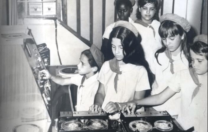 Foto de las primeras grabaciones del programa infantil La Edad de Oro de Radio Jaruco