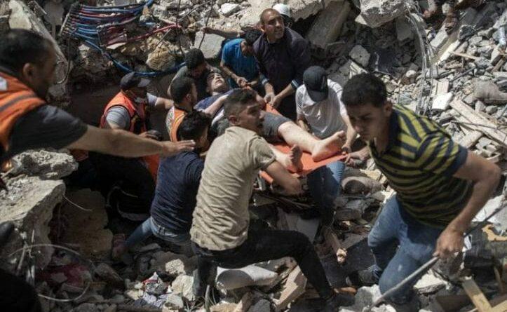 Los bombardeos provocaron el derrumbe de varios edificios sepultando a varias personas en la franja de Gaza. Foto: AP