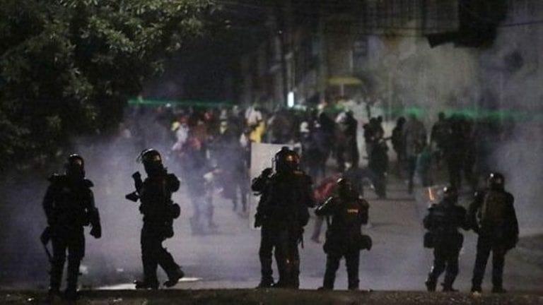 Fuerzas policiales imponen nueva noche de represión en Bogotá. Foto: Reuters.