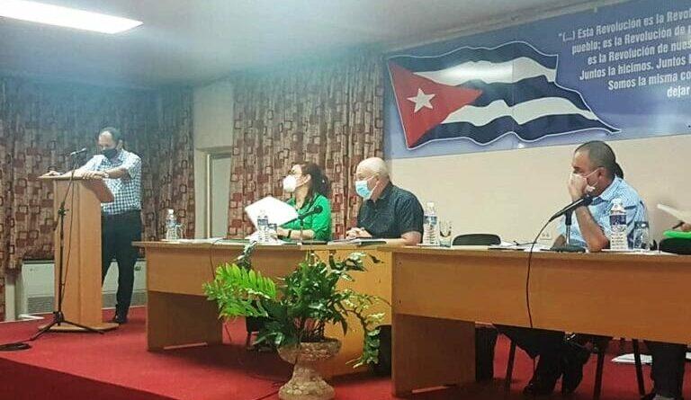 Evalúa Ministro Jorge Luis Tapia Fonseca desarrollo del programa ganadero en Mayabeque. Foto tomada de Radio Mayabeque