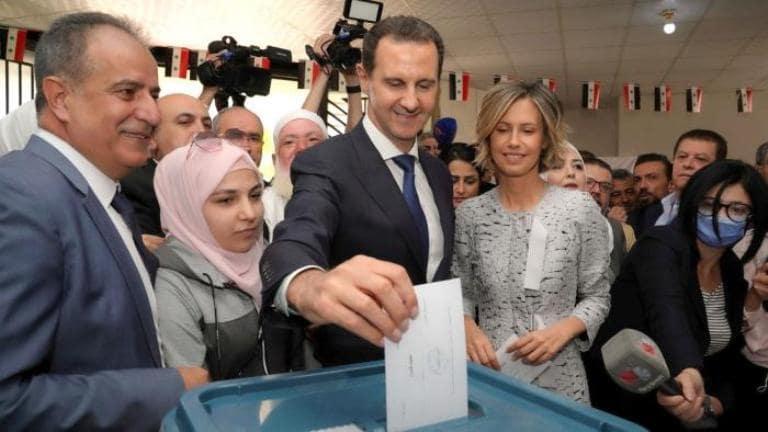 Bashar al-Assad vota, junto con su esposa Asma, en Duma, Siria. Foto: Reuters