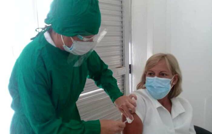 Administran tercera dosis del candidato vacunal Abdala en Jaruco. Foto Marlene Caboverde