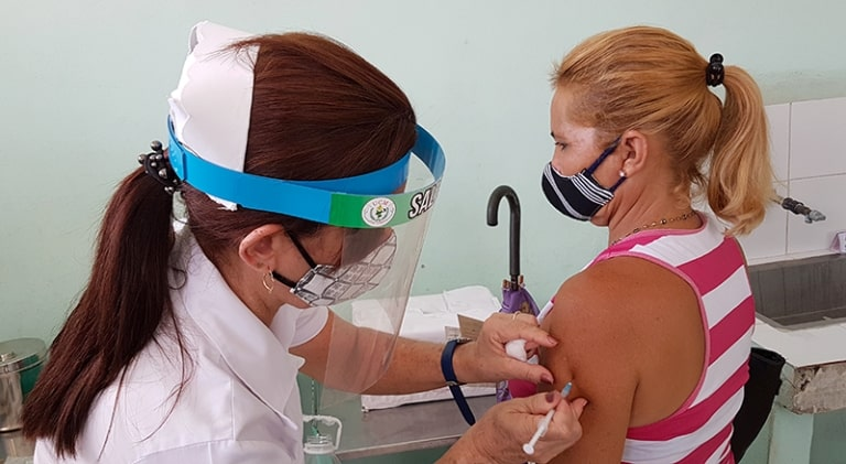 Primera dosis a ciudadanos mediante intervención sanitaria. Foto tomada de Radio Mayabeque