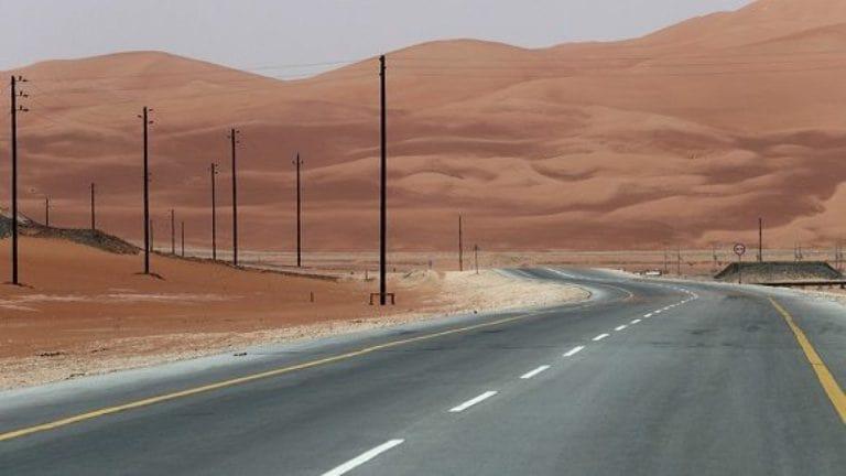 Una autopista en el desierto de Rub al Jali, en Arabia Saudita. Foto: Reuters