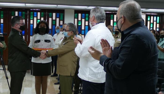 El General de Ejército Raúl Castro Ruz hizo entrega al Ministro del Interior de la Medalla Conmemorativa 60 aniversario del Minint. Foto: Estudios Revolución