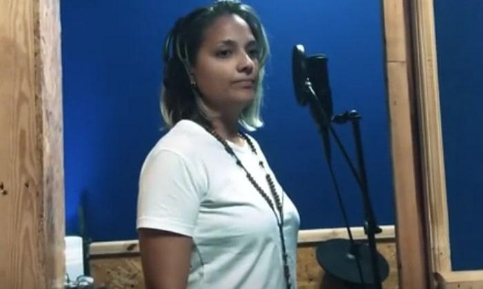 Claudia Marrero Pérez es una joven cantante. Foto captira de pantalla de uno de sus videos