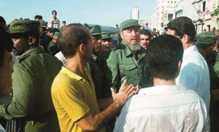 Aquel 5 de agosto, Fidel estuvo en la primera línea. Dio la cara en las calles a los desesperados, los oportunistas y los convocados con plata (que de todo había, como el pasado 11 de julio). Luego dijo: «Era mi más elemental deber estar junto al pueblo». Autor: Estudios Revolución
