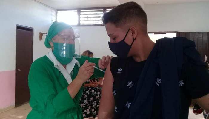 Recibieron la primera dosis de #Abdala, más de 160 alumnos de las Enseñanzas Media Superior y Técnica y Profesional de #Jaruco. Foto: Marlene Caboverde.