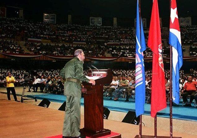 Fidel en la inaguración del Curso Emergente de Maestros para la enseñanza primaria celebrado el 11 de septiembre de 2001 en la Ciudad Deportiva de La Habana. Foto: Archivo.