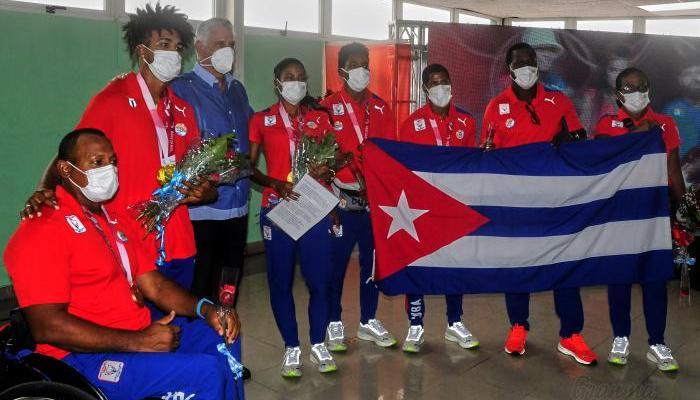 El Presidente cubano Miguel Díaz-Canel recibió al último grupo de deportistas paralímpicos que arribó a la nación.