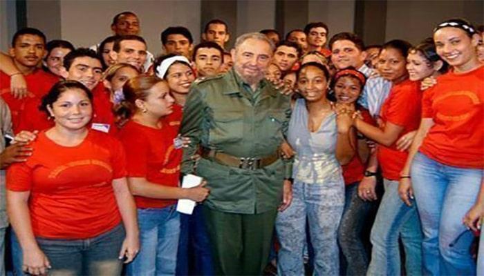 Fidel junto a un grupo de trabajadores sociales en la Mesa Redonda. Foto: Ismael Francisco/ Cubadebate.