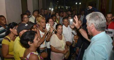 En la noche de este miércoles, Díaz-Canel agradeció al pueblo de Bayamo su hospitalidad y las múltiples muestras de afecto. Foto: Estudios Revolución.